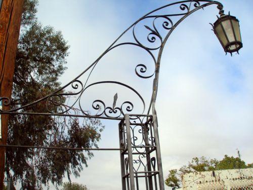 Il Fascino dei Lampioni da Giardino in Ferro Battuto